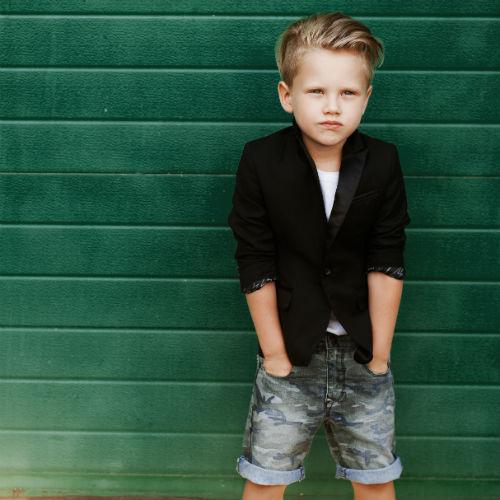 modny chłopiec w marynarce