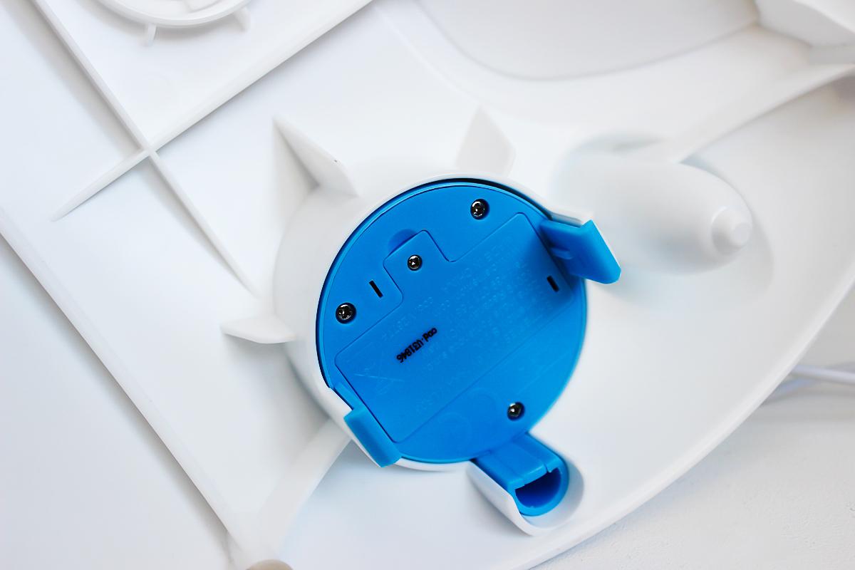 fotka č. 14 hračka pracuje na prstoch batérií skrytých pod zemeguľou