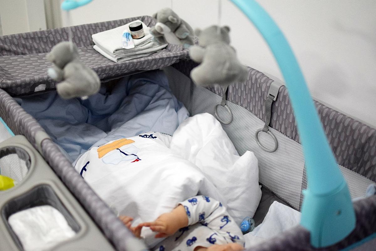 dieťa ležiace na úrovni dieťaťa
